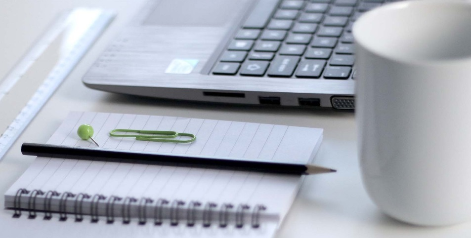 Bloc note et ordinateur
