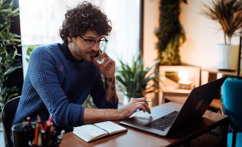 Homme devant un PC