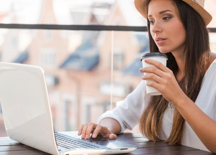 Femme devant un ordinateur portable