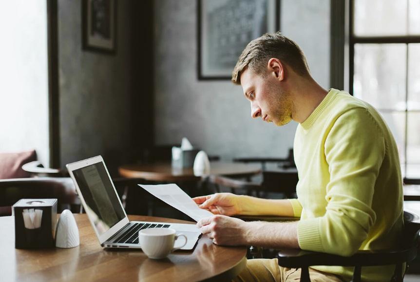 Homme au café avec ordinateur