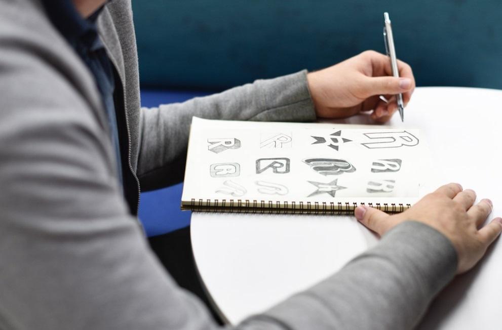 Homme en train de dessiner