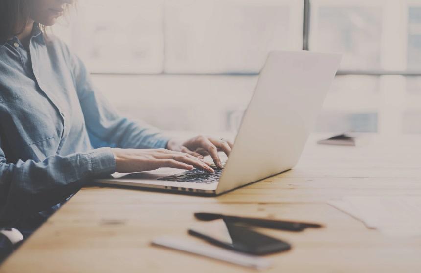 Une femme et un ordinateur