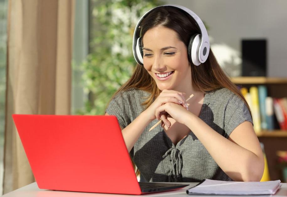 Femme et cours en ligne